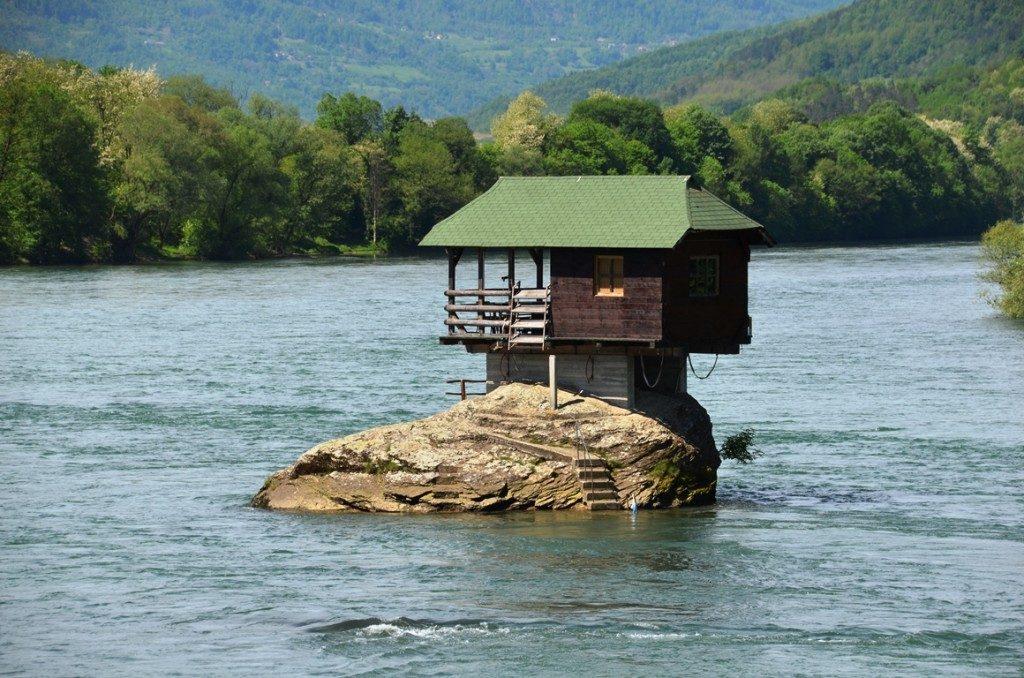 Huisje in de rivier de Drina in Servie